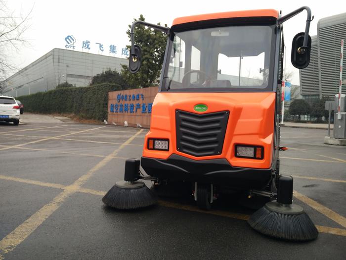 中航工业成飞电动扫地车到货